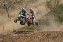 Viererkabelrennen - duellieren Sie zwischen zwei Reitern in einem Sprung Lizenzfreies Stockfoto