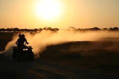 Vierfache Leitung, die in Botswana radfährt Lizenzfreie Stockfotos