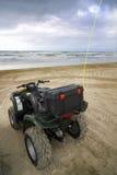 Vierfache Leitung geparkt, Ozean gegenüberstellend Stockfotos