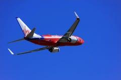 Vierge Boeing bleu 737 décollant. images stock