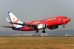 Vierge Boeing bleu 737 décollant. photographie stock libre de droits