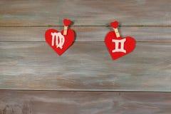 Vierge et jumeaux signes du zodiaque et de coeur Backgroun en bois Photos stock