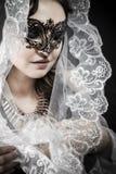 Vierge, femme dans le voile et robe noire avec le masque vénitien, glamou Image libre de droits