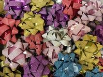 Viering de het in dozen doen dag met de gesloten omhoog inzameling van het verscheidenheids kleurrijke lint voor gift Stock Afbeelding