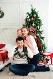 Viering, familie, vakantie en verjaardagsconcept - gelukkige nieuwe jaarfamilie stock foto's