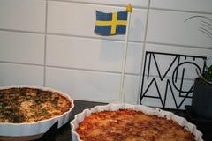 Viering met brunch en pastei, Zweedse vlag op achtergrond Stock Afbeeldingen