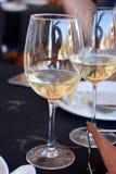 Viering met glazen witte wijn Stock Foto's
