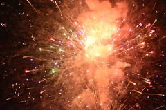 Viering met vuurwerk bij de nacht stock foto's