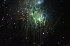 Viering met vuurwerk bij de nacht stock afbeeldingen