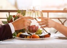 Viering van de huwelijksdag met glazen champagne De bruid roostert met champagne Stock Afbeelding