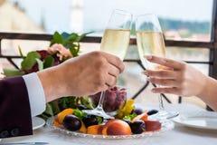 Viering van de huwelijksdag met glazen champagne De bruid roostert met champagne Royalty-vrije Stock Foto