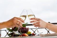 Viering van de huwelijksdag met glazen champagne De bruid roostert met champagne Stock Fotografie
