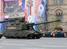 Viering van de 72ste verjaardag van Victory Day WO.II Russische zware gemotoriseerde 152 mm-houwitser 2S19 ` msta-S ` M1990 ` Stock Fotografie