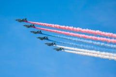 Viering van de 68ste verjaardag van Victory Day (WO.II). Vlucht van vliegtuigen over de stad Stock Foto