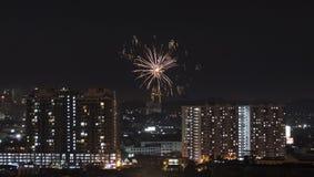 Viering van Deepawali met vuurwerk over Aziatische voorstad van Kuala Lumpur stock foto's