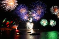 Viering van het nieuwe jaar, vuurwerk over het overzees Stock Foto