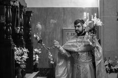 Viering van Orthodoxe Pasen in Parochie van Sainted Nieuwe Martelaren en Confessors van Rusland Royalty-vrije Stock Foto's
