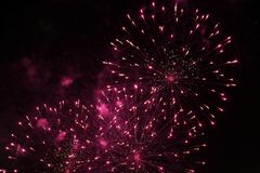 Vierings mooi kleurrijk vuurwerk als achtergrond op nachthemel stock foto