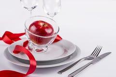 Vieringslijst met rood appel en lint wordt geplaatst dat Royalty-vrije Stock Fotografie