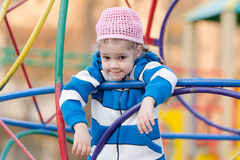 Vierjährliches Mädchen provozierend gewundert am Spielplatz lizenzfreies stockbild