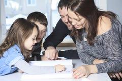 Vierköpfig von der glücklichen Familie lesen Sie Geschichtenbuch Stockfotos
