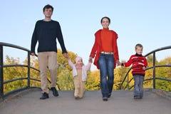 Vierköpfige Familie auf Brücke Lizenzfreie Stockfotos