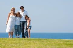 Vierköpfige Familie auf Wiese lizenzfreies stockfoto