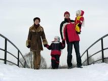 Vierköpfige Familie auf Winterbrücke stockbilder