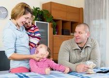 Vierköpfige Familie, die Budget plant Stockfotografie
