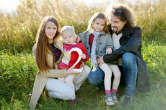 Vierköpfige Familie, die den Geburtstag der Tochter feiert Stockfotos
