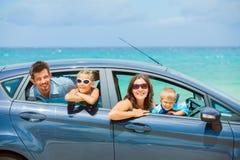 Vierköpfige Familie, die in ein Auto antreibt Lizenzfreie Stockfotografie