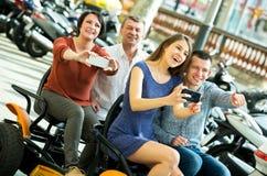 Vierköpfige Familie, die im großartigen Ausflug elektrisch sitzt Stockfoto