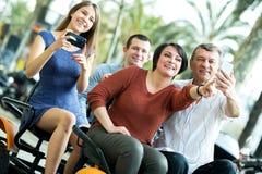 Vierköpfige Familie, die im großartigen Ausflug elektrisch sitzt Lizenzfreie Stockfotografie