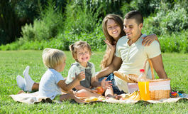 Vierköpfige Familie, die Picknick hat Lizenzfreie Stockbilder