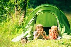 Vierköpfige Familie, die Spaß draußen im Sommer hat Lizenzfreies Stockfoto