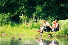 Vierköpfige Familie, die Spaß draußen im Sommer hat Stockfotografie