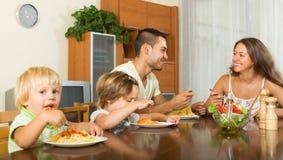 Vierköpfige Familie, die Spaghettis isst Stockfotografie
