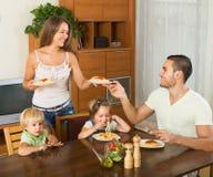 Vierköpfige Familie, die Spaghettis isst Stockfoto