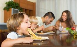 Vierköpfige Familie, die Spaghettis isst Lizenzfreie Stockfotos