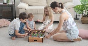 Vierköpfige Familie, die zu Hause foosball spielt stock video
