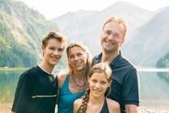 Vierköpfige Familie draußen Stockbild
