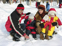 Vierköpfige Familie im Winterpark Stockfotografie