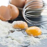 Vierkant beeld van twee gebarsten eieren Royalty-vrije Stock Foto