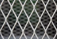 Vierkant diagonaal patroon van metaalkooi patroon van Staalgrating Het is een kader van uit elkaar geplaatste bars die parallel z royalty-vrije stock foto's