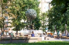 Vierkant dichtbij Novokuznetskaya-metro post met fontein stock afbeeldingen