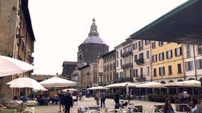Vierkant hoogtepunt van mensen met kerkkoepel op de achtergrond, Pavia stock videobeelden