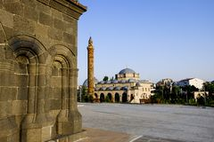 Vierkant in Kars met een moskee op de achtergrond stock fotografie