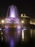 Vierkant Londen - Trafalgar in nacht - fontein Royalty-vrije Stock Foto