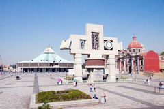 Vierkant met de nieuwe Basiliek van Onze Mary van Guadalupe, Mexico Ci stock foto