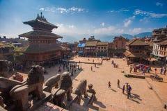 Vierkant met mensen in Bhaktapur, in de Vallei van Katmandu, Nepal wordt gevuld dat Stock Afbeelding